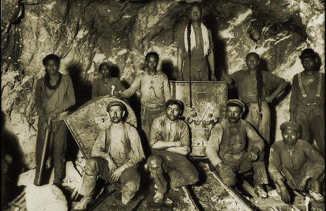 Górnicy różnych narodowości w kopalni złota (RPA, przełom XIX i XX wieku)